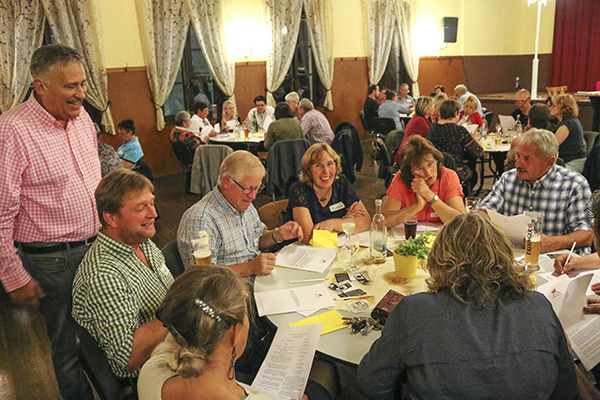 Mitspiel-Krimi Dinner. Der Mörder sitzt mit am Tisch. Sie finden ihn durch kluge Fragen und geschicktes Kombinieren.